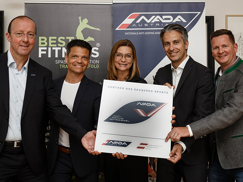 Verleihung Gütesiegel Best Fitness (Mag. Michael Cepic, Martin Wirth, Daniela Gmeinbauer, Mag. Kurt Hohensinner, Mag. Peter Kroath (v.l.n.r.))